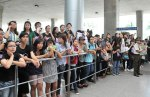 Viet fans waiting for David Archuleta at TSN Airport, HCM (11)