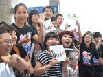 Viet fans waiting for David Archuleta at TSN Airport, HCM (12)
